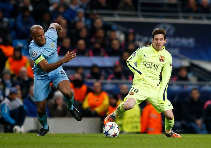 Een beeld uit de terugmatch in 2015: City-aanvoerder Kompany probeert Lionel Messi af te stoppen.