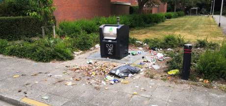 Veel zakken belanden naast containers door invoering afvalpassen, ook zorgen in Rotterdam