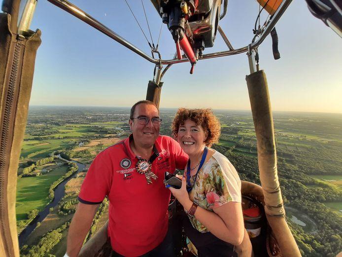 Adrie en Karin van Tuijl tijdens de ballonvaart vanwege het vijftigjarig lidmaatschap.