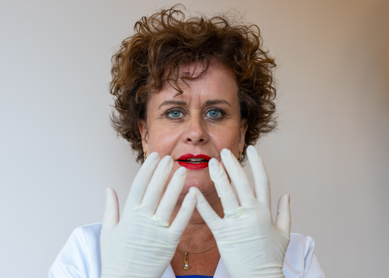"""Janny Hanegraaf: ,,Als ik aan het werk ben, heb ik altijd latex handschoenen aan; dan kan ik m'n haren er niet uittrekken."""""""