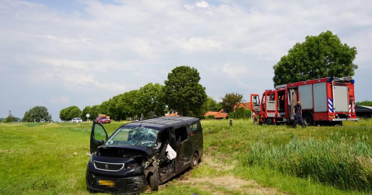 Twee zwaargewonden bij ongeluk tussen busje en tractor in Zwartsluis.