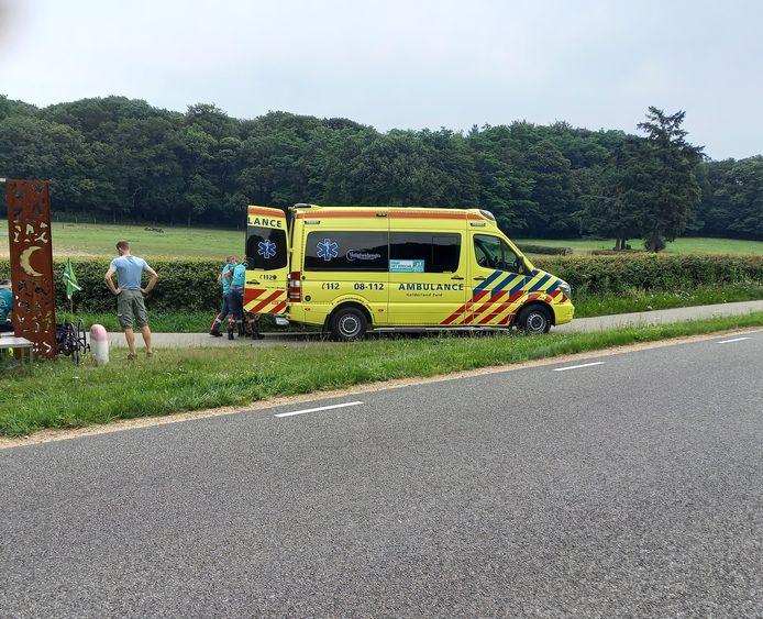 Een wielrenner is met een ambulance naar het ziekenhuis gebracht nadat hij op het fietspad tegen een ligfietser is gebotst.