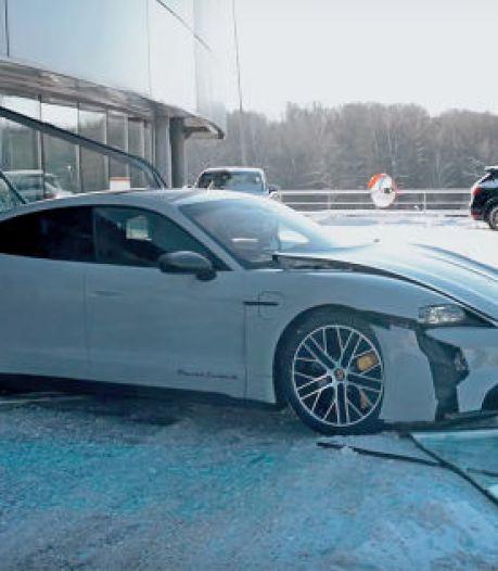 Youtuber rijdt met nieuwe Porsche dwars door etalageruit