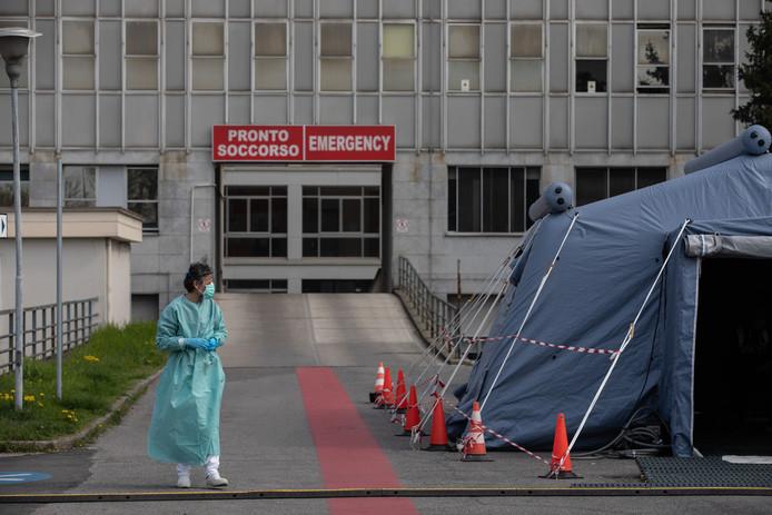 Een verpleegster staat voor het ziekenhuis in Cremona, vlak bij Milaan.