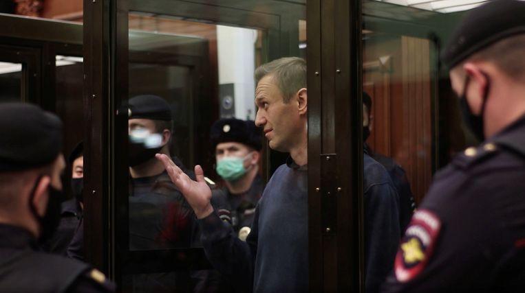 Aleksej Navalny tijdens de zitting dinsdag. De oppositieleider werd veroordeeld tot 3,5 jaar cel. Beeld REUTERS