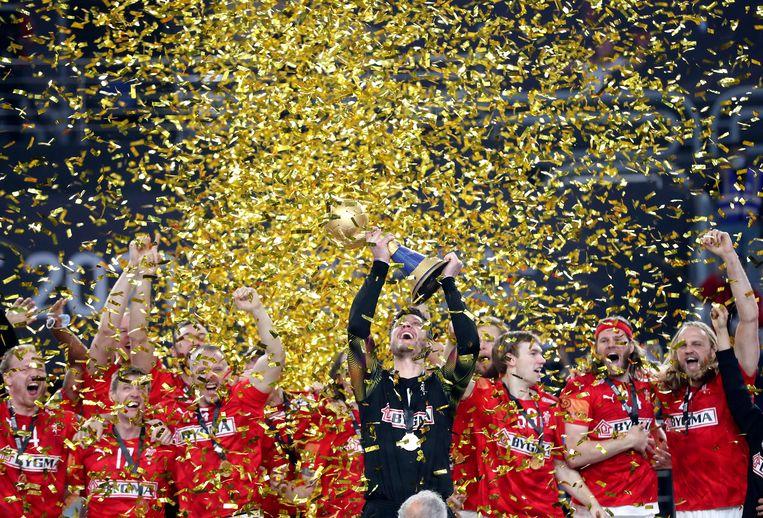Keeper Niklas Landin houdt de wereldbeker omhoog. Beeld EPA