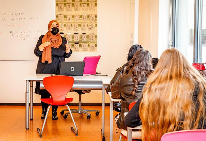 Docent Saida Alla is blij dat ze haar studenten weer in levenden lijve ziet.