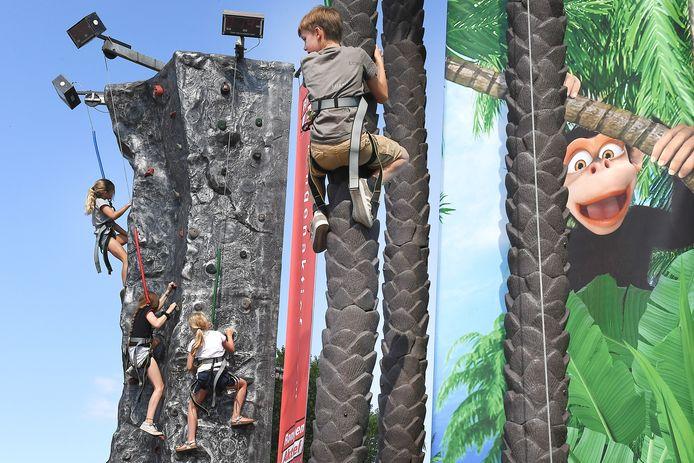 Kinderen konden zich vermaken door te klimmen op een klimwand of in een metershoge palmboom.