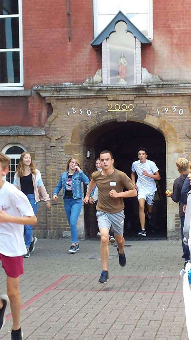 De leerlingen liepen door de verschillende campussen.