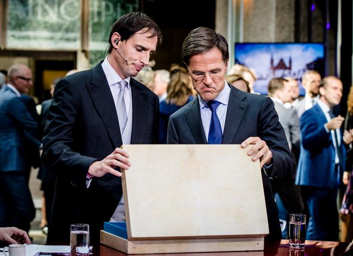 Minister Wopke Hoekstra van Financien en premier Mark Rutte na het aanbieden van het koffertje met de rijksbegroting en miljoenennota.