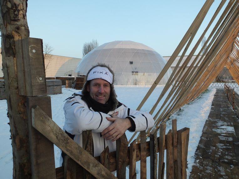 Ed Standaert met op de achtergrond de Giant Dome van het winterfestival Fika.