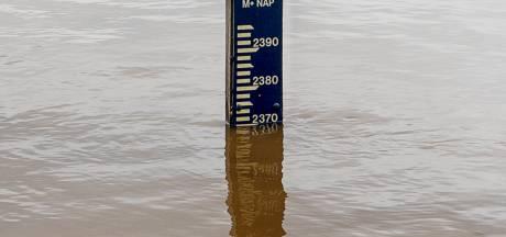 Oirschotse militairen vullen duizenden zandzakken in Limburg, water in Maas blijft stijgen
