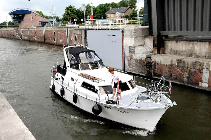 Een pleziervaartuig vaart het Merwedekanaal op. De provincie gaat de Merwedesluis minder vaak schutten, waardoor schippers zullen moeten wachten. (foto ter illustratie)