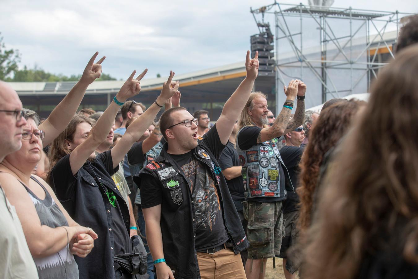 Fans maken het bekende 'heavy metal'-gebaar tijdens Dynamo Metal Fest in 2019.