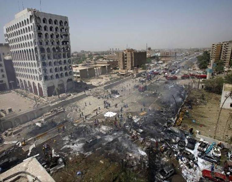 Rook omringt het Iraakse gebouw van het Ministerie van Buitenlandse Zaken. De bomaanslagen hadden voornamelijk overheids- en commerciële gebouwen als doelwit. (AP) Beeld