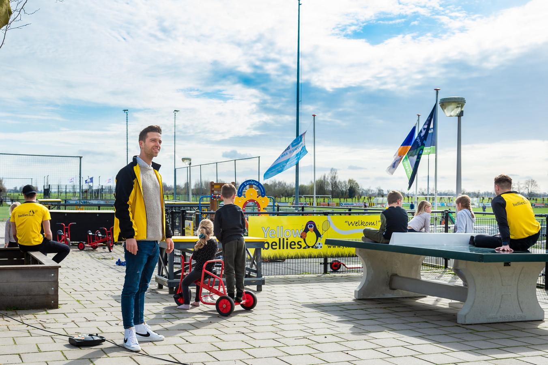 Danny Muijs (links) en zijn collega's van buitenschoolse opvang Yellowbellies draaien hier op sportpark Wilgenoord in Haastrecht gewoon door voor de kinderen van wie de ouders werkzaam zijn in cruciale beroepen.