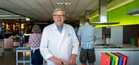 Geraniums zijn niks voor Klaas: Kookstudio-baas van 70 bakt er na corona weer lustig op los
