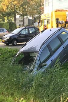 Oeps...handrem vergeten: auto belandt in de sloot bij Action in Vught