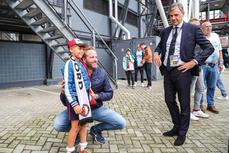 Minister De Jonge met een supportertje van Feyenoord. Minder gevoeglijke supporters, boos over zijn                                coronamaatregelen in stadions, zongen bij deze wedstrijd dat De Jonge 'z'n bek moest houden'. Beeld ANP