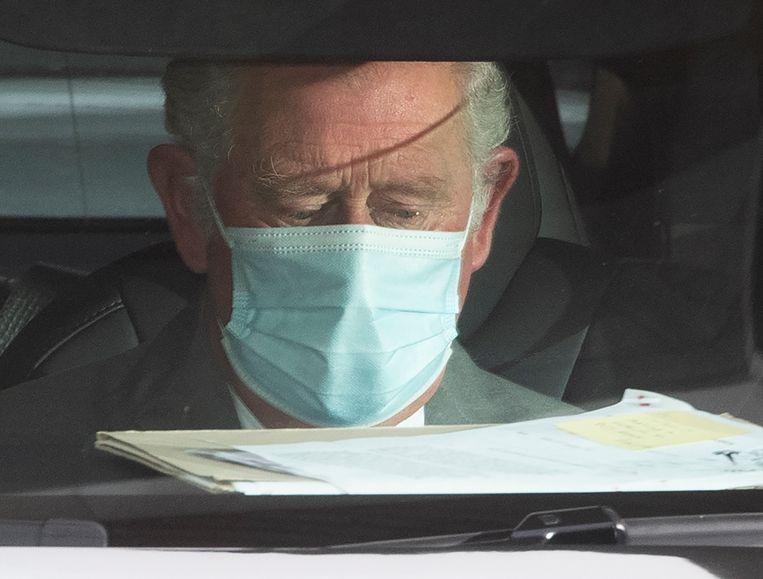 Bij het verlaten van het ziekenhuis, waar hij een half uur is geweest, ontwaarden de telelenzen een traan op het gezicht van kroonprins Charles.  Beeld EPA