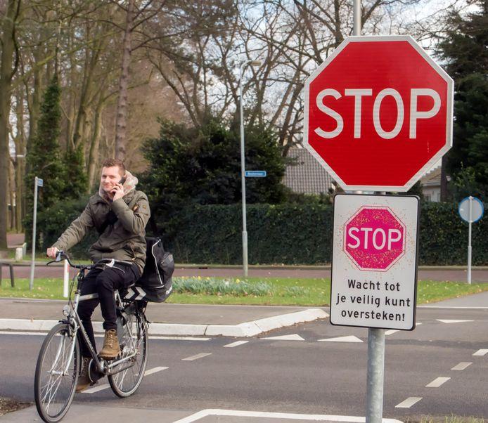 De kruising wordt heringericht, met een nieuwe oversteek voor de fietsers. De ruimte blijft beperkt.