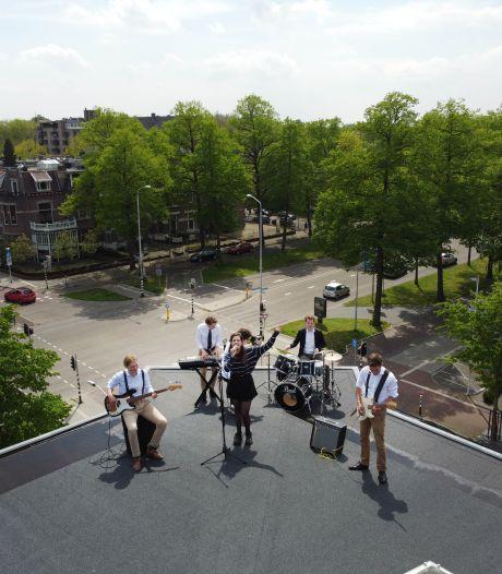 Studentenband klimt op dak van Carolus Magnus voor een Beatles-esque optreden