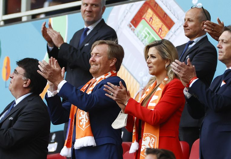 epa09268527 Dutch King Willem Alexander (C-L) and Queen Maxima (C-R) attend the UEFA EURO 2020 preliminary round group C match between the Netherlands and Ukraine in Amsterdam, Netherlands, 13 June 2021.  EPA/Koen van Weel / POOL (RESTRICTIONS: For editorial news reporting purposes only. Images must appear as still images and must not emulate match action video footage. Photographs published in online publications shall have an interval of at least 20 seconds between the posting.) Beeld Hollandse Hoogte / EPA