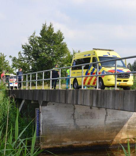 Automobiliste wil fietser inhalen vlak voor brug in Breda, maar rijdt het water in