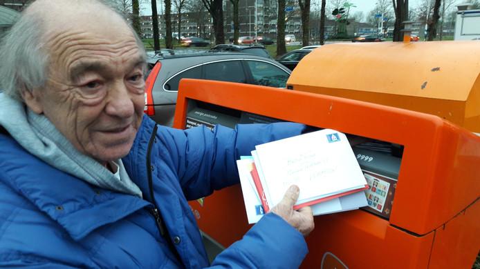 Janos Nagy bij overvolle brievenbus