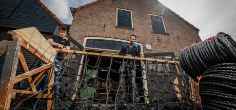 Door corona begonnen Koen en Roel uit Borculo hun eigen 'klimnettenknoopbedrijf': 'We hadden de slag snel te pakken'