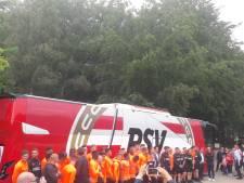 PSV onthaalt VDL-top, die samen met supporters nieuwe spelersbus aflevert