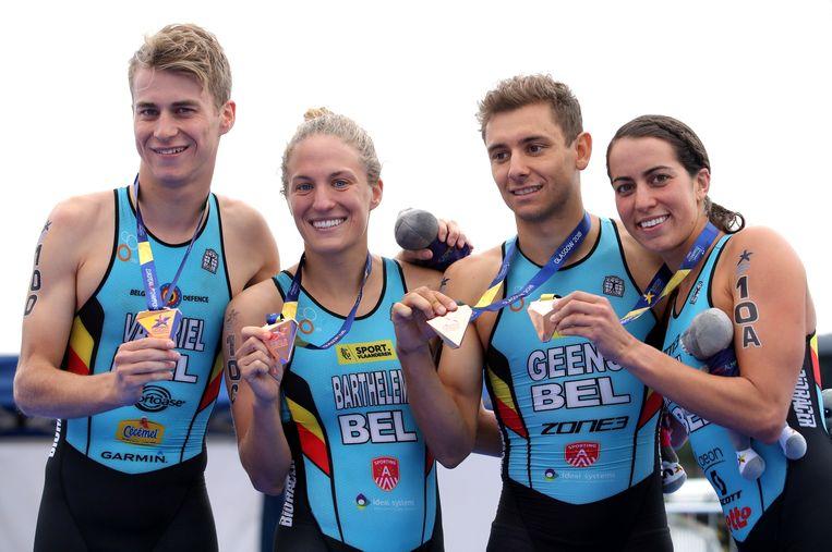 Triatleet Jelle Geens (tweede van rechts).  Beeld Photo News