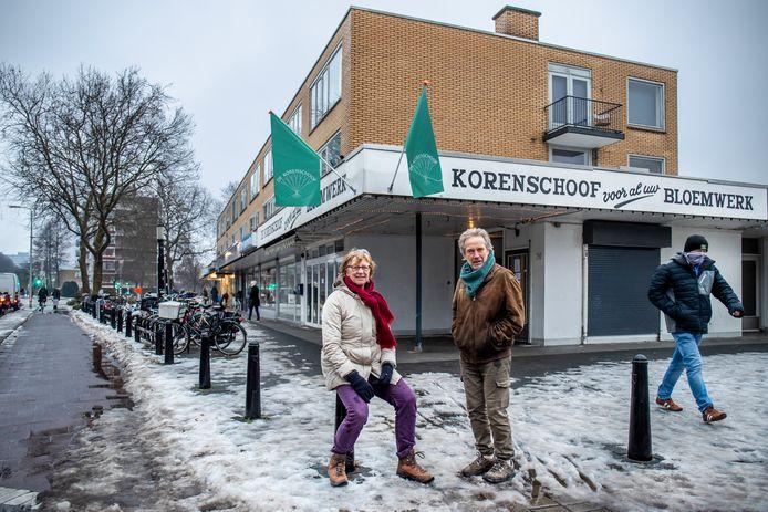 Gerdien Griffioen en Jos van Houwelingen, vertegenwoordigers van buurtvereniging  Ezelsdijk, protesteren tegen uitbreiding van het winkelcentrum aan de Jan van Galenstraat.