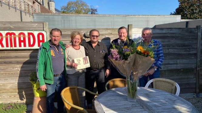 Leden pronostiekclub zetten cafébazin Den Brigand in de bloemetjes