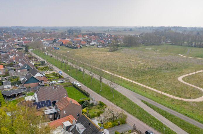 Het Amac-terrein (rechts) met aan de andere kant van de dijk de Burgemeester Timansweg.