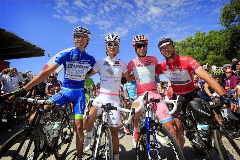 Van l naar r: Stefano Pirazzi (bergtrui), Carlos Betancur (jongeren), Nibali (eindklassement) en Cavendish (puntentrui). Beeld PHOTO_NEWS