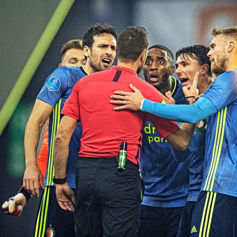 Feyenoordspelers ruziën met scheidsrechter Pol van Boekel na een gele kaart voor keeper Nick Marsman. Beeld Guus Dubbelman / de Volkskrant