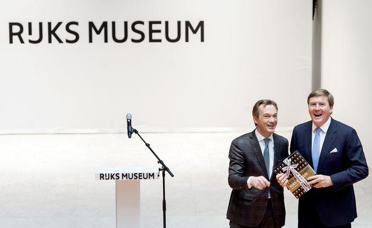 Rijksmuseum-directeur Wim Pijbes (links) met koning Willem-Alexander tijdens de opening van de tentoonstelling 'Late Rembrandt'. Beeld anp