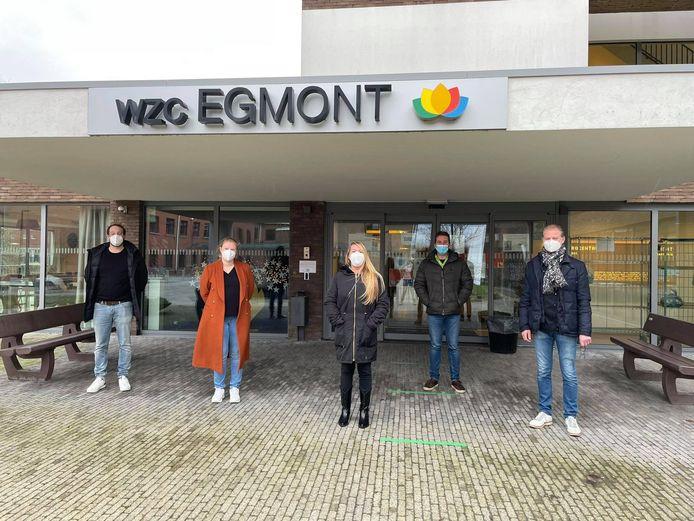 Enkele vrijwilligers uit de horeca staken een handje toe in woonzorgcentrum Egmont in Zottegem.