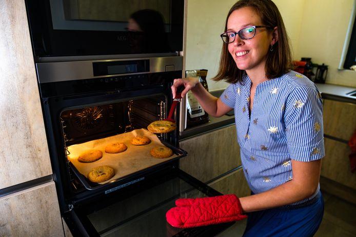Rebecca Verschueren bakte koekjes voor het Berrefonds.