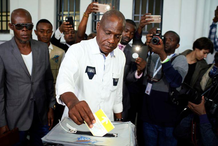 Oppositiekandidaat Martin Fayulu brengt zijn stem uit. Beeld AP