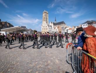 Militairen vieren bevelsoverdracht met parade op Grote Markt