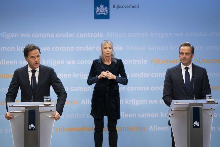 Premier Mark Rutte en minister Hugo de Jonge (Volksgezondheid, Welzijn en Sport) geven een toelichting op de aanscherping van de coronamaatregelen in Nederland.  Beeld ANP