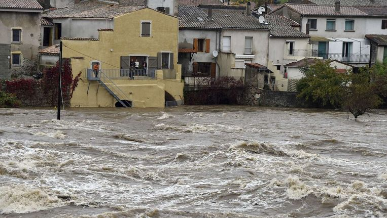 De rivier Eyrieux dreigt buiten haar oevers te treden. Beeld AFP
