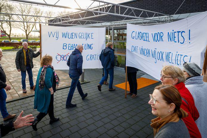 Inwoners protesteerden donderdagmiddag in Scheerwolde bij de aftrap van de aanleg van glasvezel in de dorpskernen.