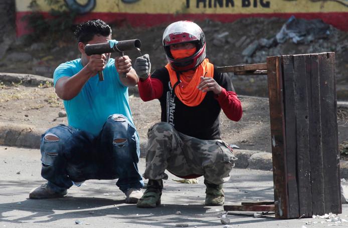 In het Nicaraguaanse Managua vuren twee demonstranten een zelfgemaakte mortier af richting de oproerpolitie tijdens protesten tegen hervormingen van het sociale stelsel in het land. Volgens betrouwbare bronnen zijn er bij de demonstraties al zeker 25 doden gevallen. Foto Oswaldo Rivas