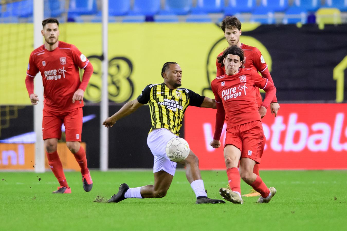 Loïs Openda verliest het duel van Ramiz Zerrouki, de beste man op het veld tijdens Vitesse-FC Twente.