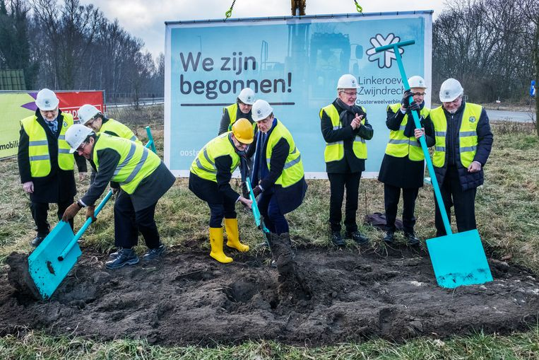 In februari 2018 werd het officiële startschot gegeven voor de aanleg van de Oosterweelverbinding. In aanwezigheid van Vlaams minister van Openbare Werken Ben Weyts (N-VA) verzamelden de tenoren zich op Linkeroever om de symbolische eerste schop in de grond te steken. Beeld Tim Dirven