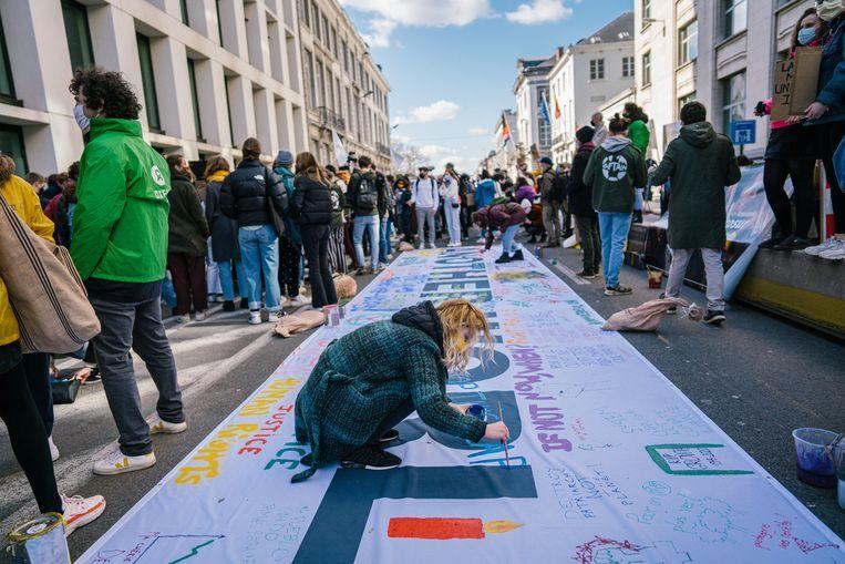 Met 'Fridays for Future' weerklinkt opnieuw klimaatprotest in de Wetstraat. Beeld Wouter Van Vooren