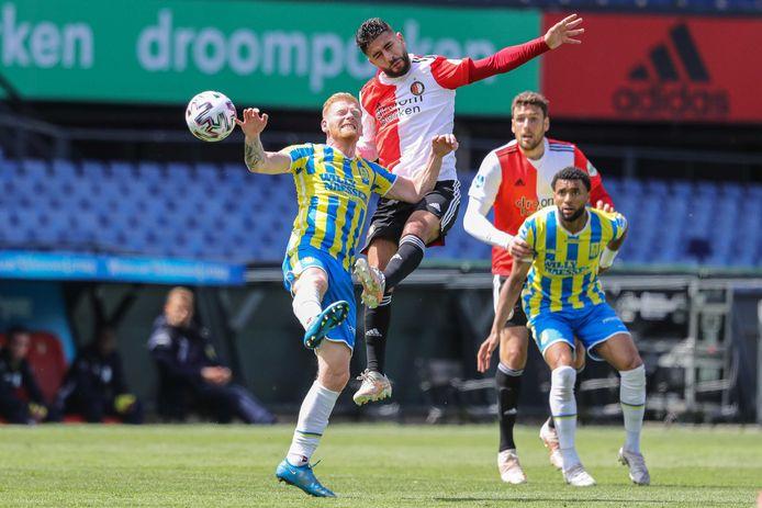 Achraf el Bouchataoui, debutant in de basis bij Feyenoord, torent boven Richard van der Venne (links) uit. Rechts Sylla Sow.